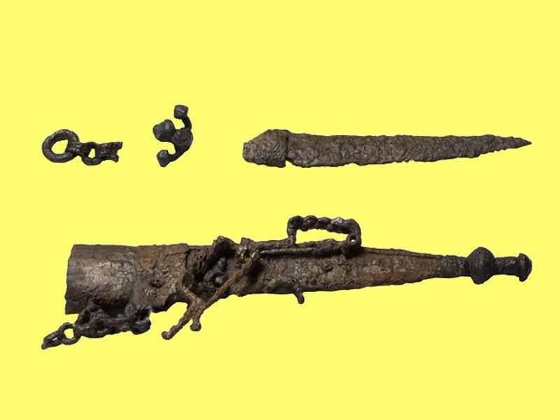 Foto_05: Museo di Riofreddo - Pugnale con fodero dalla necropoli equa di Casal Civitella