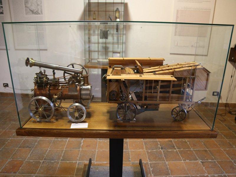 Foto_18: Museo di Riofreddo - Modellini di locomobile e trebbiatrice